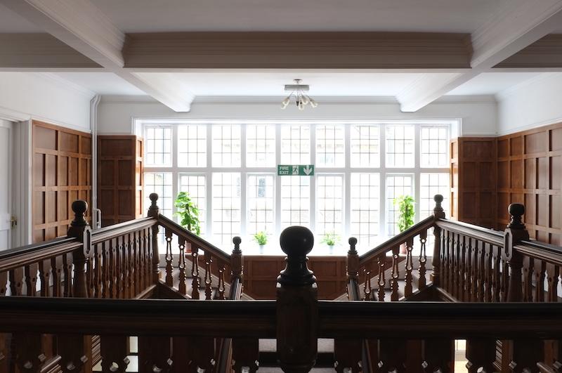 angļu valodas nometnes skolas kāpnes